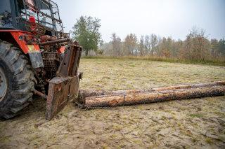 Traktor pri vlačenju lesa
